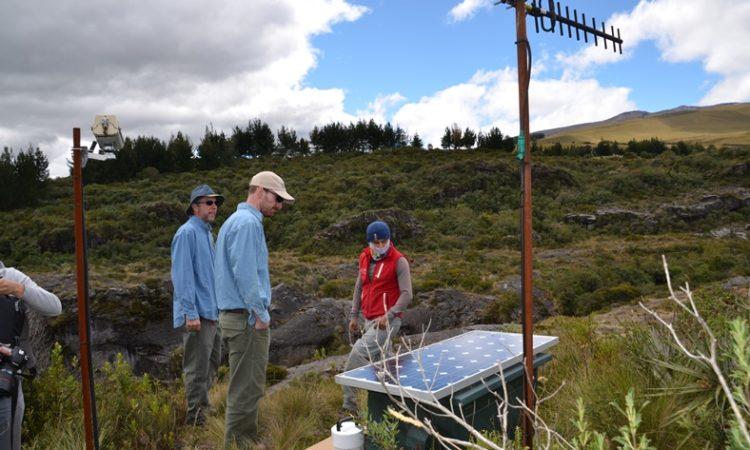 Instalación de equipo de monitoreo de la actividad volcánica del volcán Cotopaxi