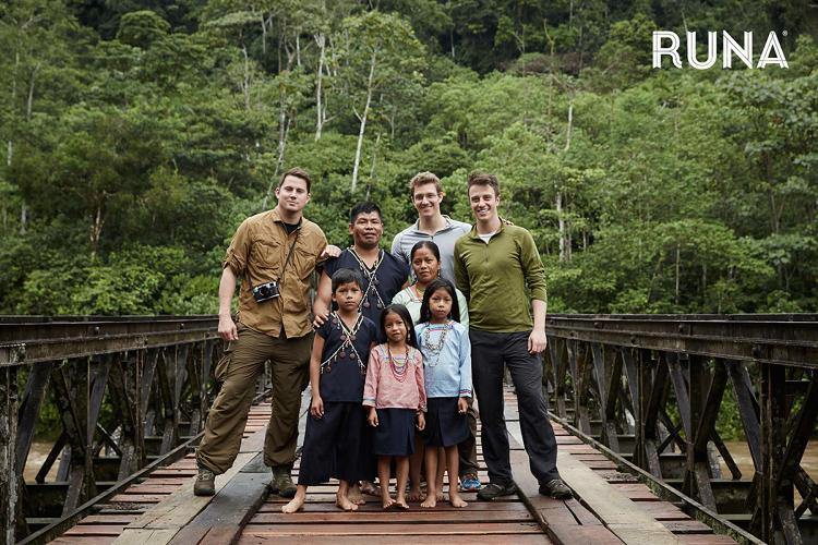 Personal de Runa Tea con Channing Tatum en la selva ecuatoriana