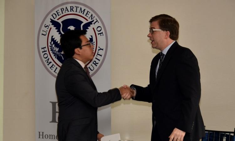 El Viceministro del Interior Dr. Diego Fuentes y el Embajador Todd Chapman se estrechan la mano previo a la inauguración del curso