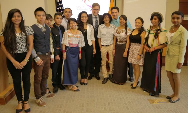 Los trece Jóvenes Embajadores con el Embajador Todd Chapman durante la presentación de sus proyectos