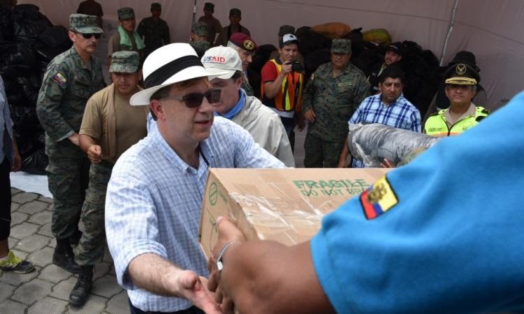 El Embajador Todd Chapman participa en la entrega de ayuda para las víctimas del terremoto en Ecuador