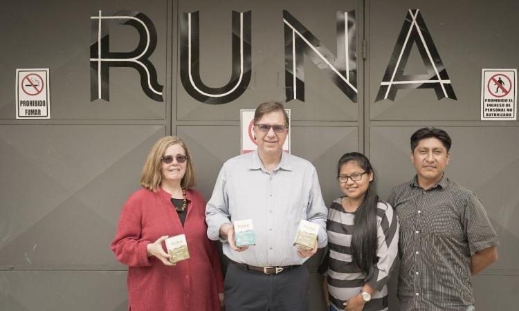 El Embajador Chapman y su esposa durante su visita a la Fundación Runa en la Amazonía ecuatoriana
